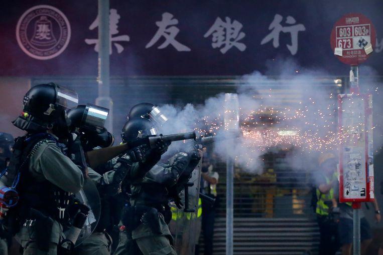 Oproerpolitie in Hongkong gebruikt traangas om demonstranten uiteen te drijven tijdens een betoging afgelopen zaterdag.