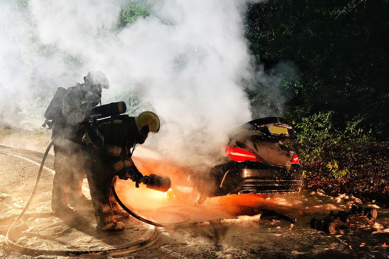 De Mercedes begon tijdens het rijden te roken en vloog niet veel later in brand.