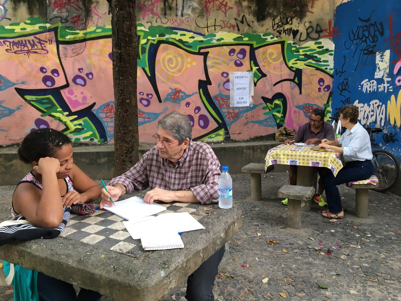 Lucilene Leão krijgt in het park Botafogo in Rio de Janeiro hulp bij rekenen van vrijwilliger Carlos Drummond.