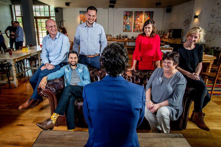 Van links naar rechts:  Stephan, Mohamed, Nicolas, Nelle, Sonja en Marijke. Met de rug naar de camera: Kristof Calvo.