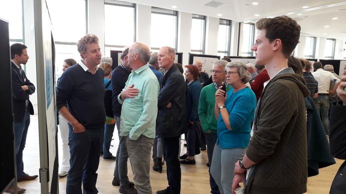 Veel bezoekers donderdagavond in het stadhuis van Wageningen.