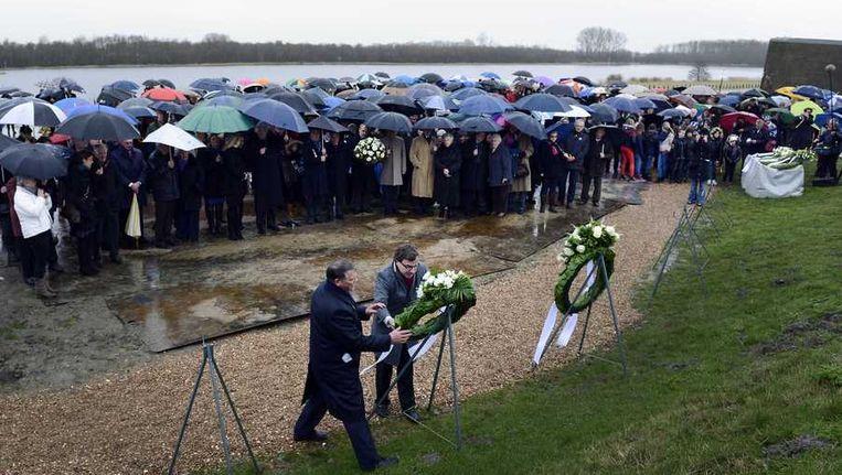 De Belgische ambassadeur Frank Geerkens legt een krans bij het monument ter nagedachtenis van de Watersnoodramp na afloop van de officiele herdenking in Ouwerkerk. Beeld anp