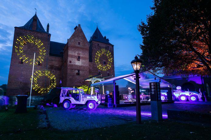 Een DAF YP408 gwt (gewonden transport) is blauw aangelicht tijdens de opnames van 75 jaar VN bij Slot Loevestein in Poederoijen. Aan het einde van de opnames zal ook Slot Loevesteijn in het blauw aangelicht worden.