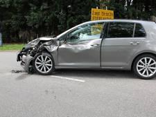 Auto botst tegen graafmachine in Beesd