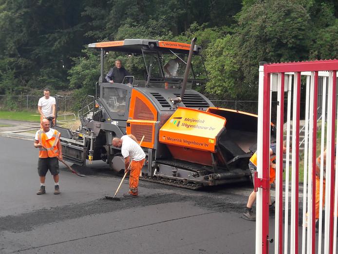 De Zwarte Zamboni voorziet de ijsbaan in Doorn van een een nieuwe laag asfalt.