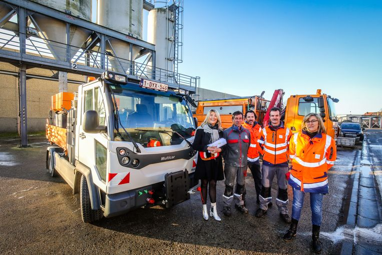 Schepen Mercedes Van Volcem (links) met enkele leden van de strooidiensten bij een strooiwagen.