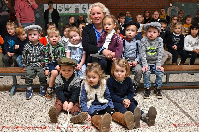 Juf Marieanne Boussauw tussen 'haar' kindjes.
