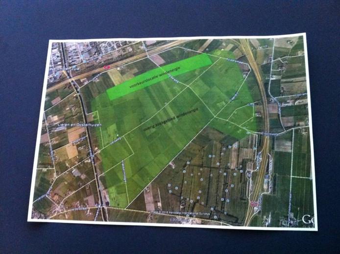 Het gebied Beekbergsebroek is groen aangegeven. De lichtgroene streep langs de snelweg is de beoogde plek voor drie windmolens. Aan de andere kant van de snelweg ligt de wijk De Maten. Foto Matthijs Oppenhuizen
