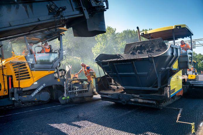 De Stouweweg in Wierden krijgt volgende week een nieuwe asfaltlaag.