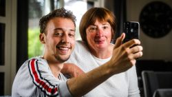 """VIDEO. Jietse (20) scoort honderdduizenden views met filmpjes over ... zijn mama: """"Gelukkig kan ze er zelf mee lachen"""""""
