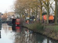 Zware aanhanger kantelt bijna sloot in bij baggerwerk in Vijfhoek Deventer