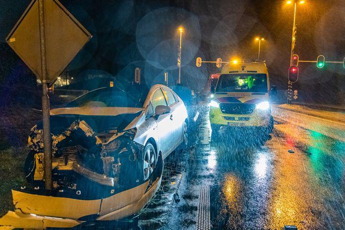Veel schade na ongeval Burgemeester Letschertweg Tilburg.