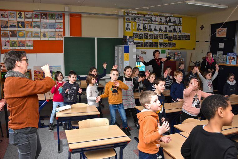 De kinderen van het eerste leerjaar oefenden het Bednetlied in.