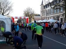 Deelnemers haasten zich naar start Zevenheuvelenloop na treinstoring