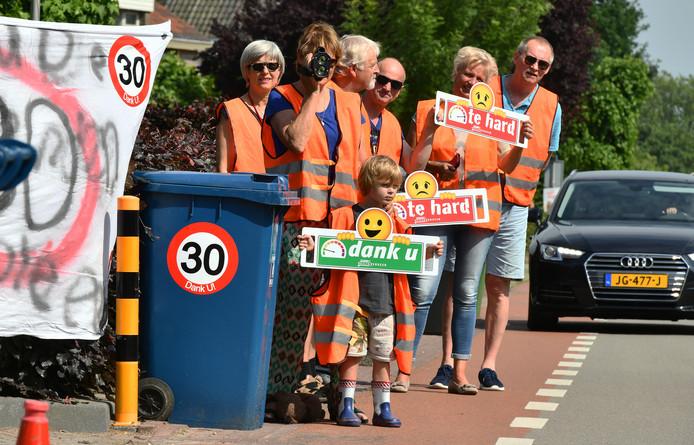 Het nieuwe fietspad langs het spoor in Schalkwijk is volgens de gemeente een belangrijke verbetering van de verkeersveiligheid.; fietsers hoeven dan niet meer over de drukke Provincialeweg.
