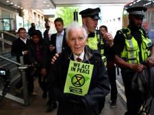 Rebellerende Britse klimaatopa (83) klimt op trein en wordt wéér gearresteerd