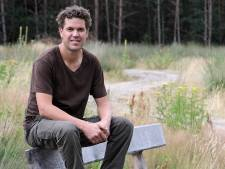 De directeur is trots op de natuurbegraafplaats in zijn dorp