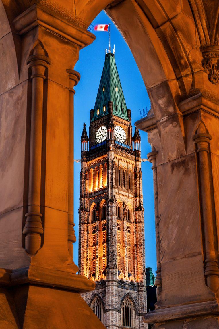 De verlichte Peace Tower bij het parlement in Ottowa. Beeld Getty Images/Tetra images RF