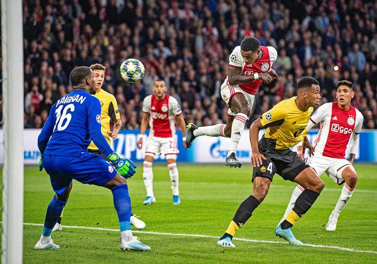 Quincy Promes kopt de bal stijlvol naar de goal van Lille, het staat 1-0 voor Ajax. Gabriel is zijn man kwijt, keeper Mike Maignan kan de bal niet stoppen. Beeld Guus Dubbelman / de Volkskrant