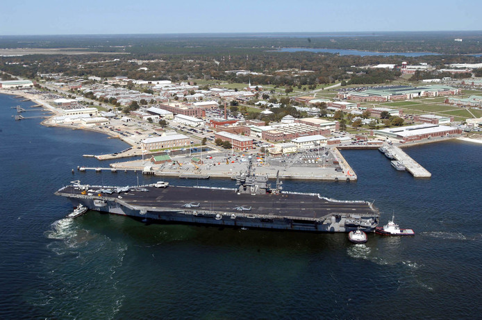 Luchtopname uit 2004 van de marinebasis in Pensacola, Florida, met op de voorgrond het vliegdekschip USS John F. Kennedy.