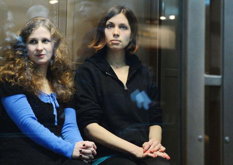 Aljochina en Tolokonnikova in de Russische rechtbank. Beeld AFP