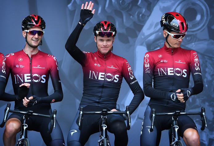 Froome bij de teampresentatie voor de Dauphiné. Links Wout Poels, rechts Dylan van Baarle.
