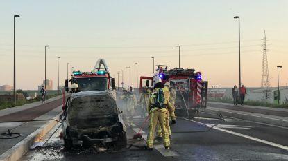 Auto brandt uit op Brug van den Azijn: weg in beide richtingen versperd