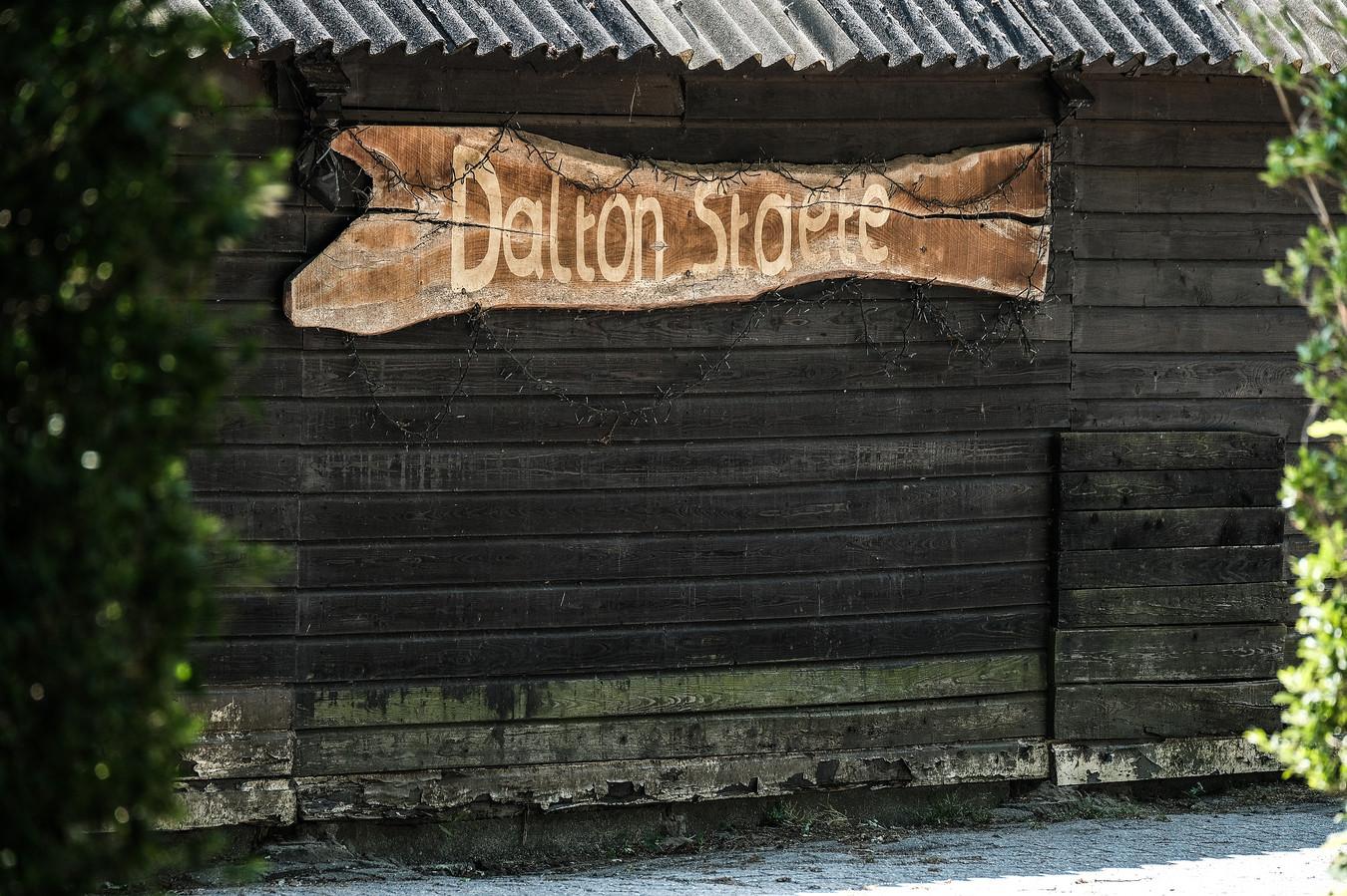 Dalton Staete. Verwijst het grote bord op de houten schuur naar de geuzennaam van de jongens die hier in dit Achterhoekse dorpje opgroeiden?
