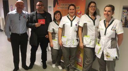 Stickeractie en standje kerstmarkt brengen 3.000 euro voor Mediclowns