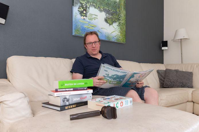 Voetbalcommentator Mark van Rijswijk leest veel nu hij geen verslag kan doen van het Nederlands voetbal.