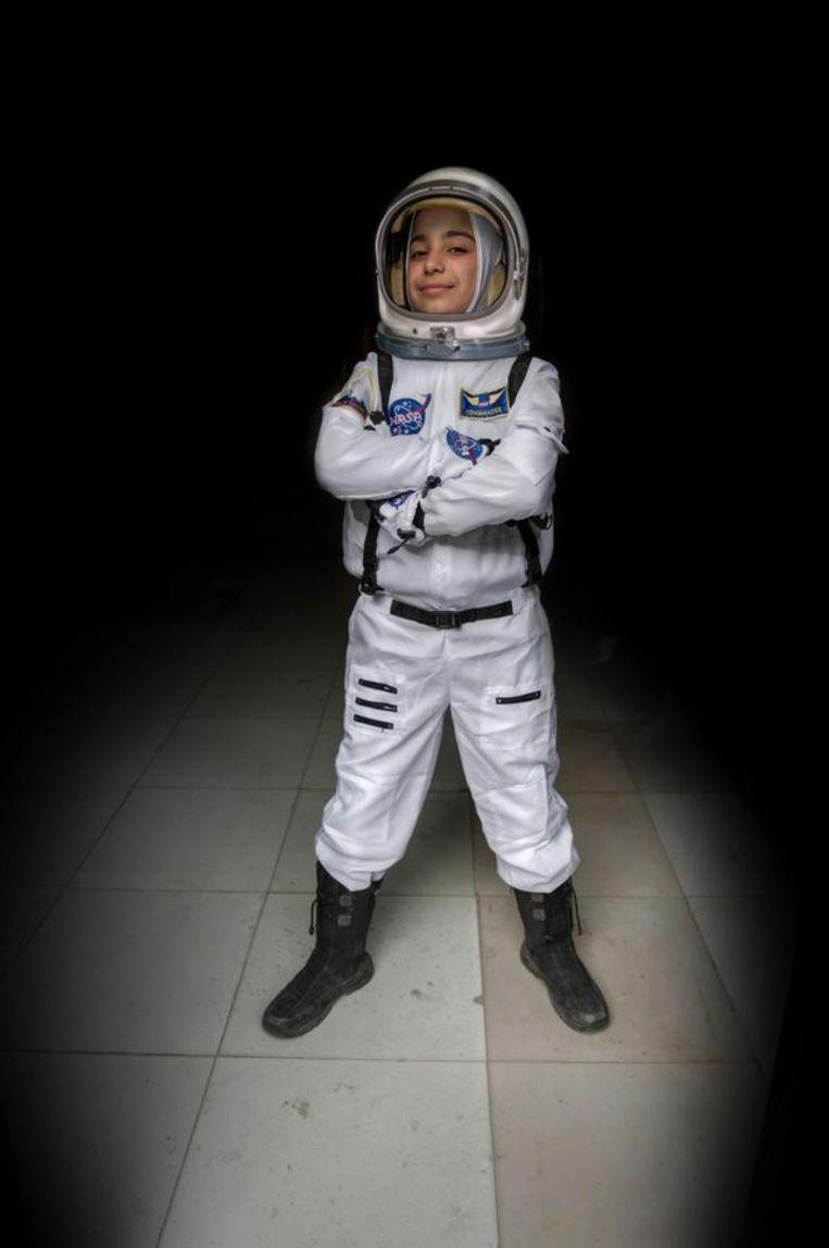 Haja (12), astronaut. 'Vanaf de les over het zonnestelsel op de basisschool wilde ik astronaut worden. Ik stelde me voor dat ik hoog in de lucht ontdekkingen zou doen. Ik vind astronaut zijn fijn omdat ik de wereld vanuit een nieuwe invalshoek zie. Veel mensen zeiden dat een meisje dit niet kan worden. Nu ik mijn doel heb bereikt, wil ik meisjes met ambitie vertellen dat ze met hun ouders moeten durven praten over wat ze willen en waarom. Zo weet je waar je heen gaat.' Beeld Meredith Hutchinson