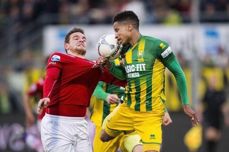 Duel tussen Vincent Janssen (links) en Tyronne Ebuehi. Beeld photo_news