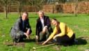 Paleisdirecteur Floris de Gelder plant een Chinese uienboom samen met Göran Christiansson (Trees for Peace) en Marieke van Groenendael (Baarnse Bloemen).