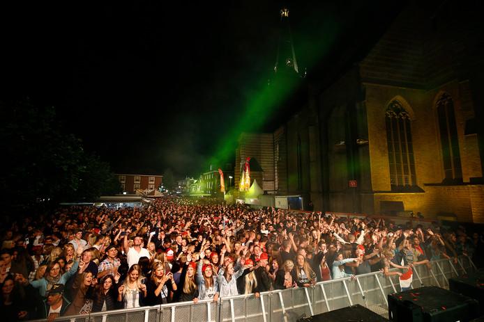 Jongeren op het Buitengewoon Stadsfeest in hartje Doetinchem.
