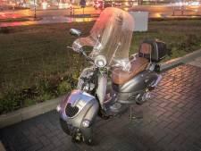 Scooterrijder en voetgangster botsen in Duiven en raken gewond