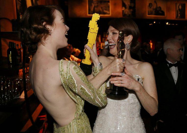 Emma Stone toont haar Oscar van Lego aan Julian Moore, die een echte heeft (beste actrice) Beeld reuters