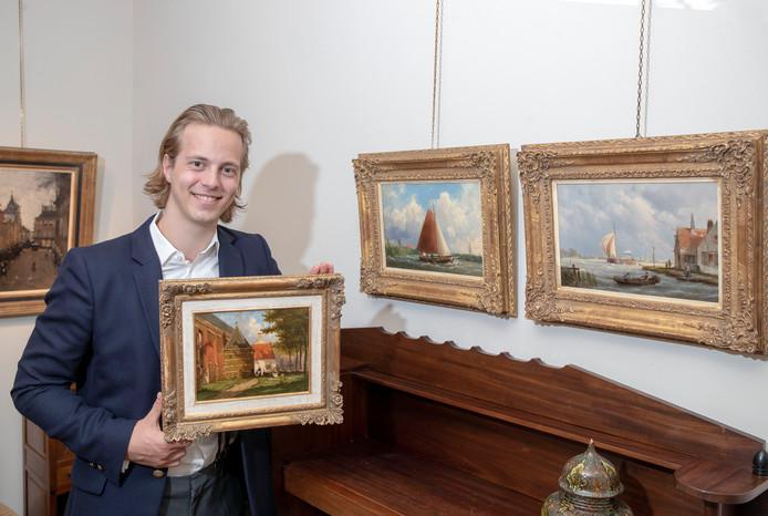 Kunsthandelaar Kas Buunk met zijn ontdekkingen.