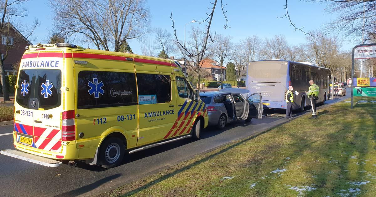 Man en kind ongedeerd na botsing met stadsbus op Annastraat.