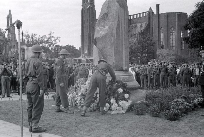 Eerste herdenking van de Slag om Arnhem op het Airborneplein, op 17 september 1945.