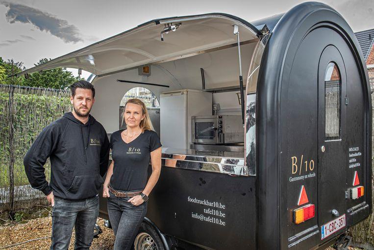 Bert Denoulet en Annelies Bergez van Tafel 10 bij hun foodtruck.