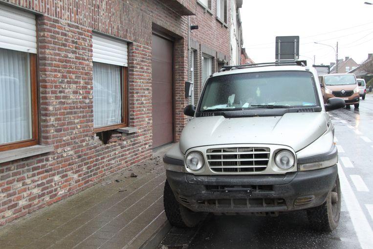In de Stationsstraat in Moen (Zwevegem) slipte een terreinwagen tegen een gevel van een huis.