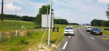 Politie plukt bejaarde fietser van provinciale weg bij Dieren