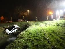 Auto belandt in sloot na botsing in Oudenbosch