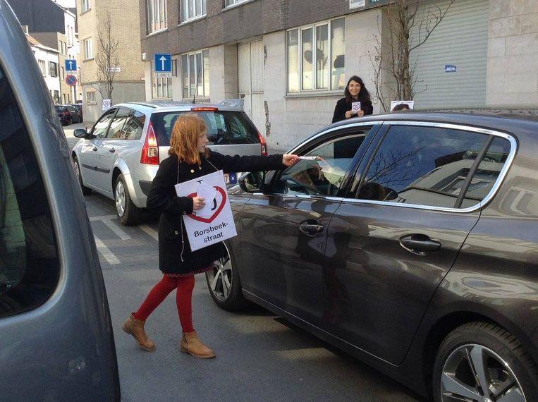 Kinderen uit de straat vragen chauffeurs om het rustiger aan te doen.