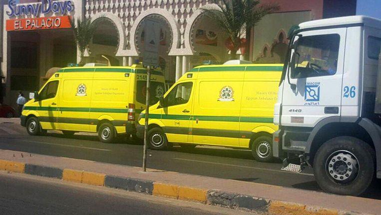 Ambulances voor het Sunny Days El Palacio Resort Hotel en de Egyptische badplaats Hurghada. Beeld epa