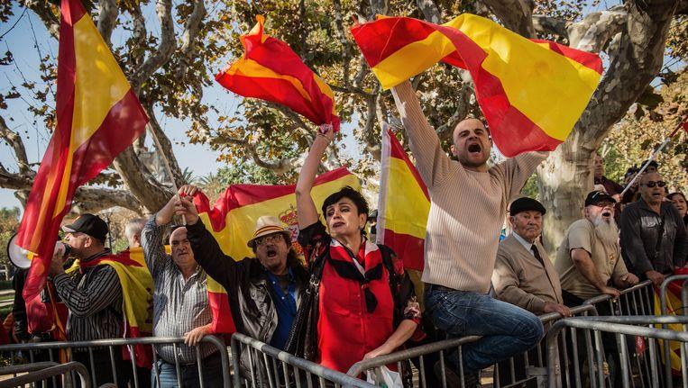 Tegenstanders met de Spaanse vlag. Beeld getty