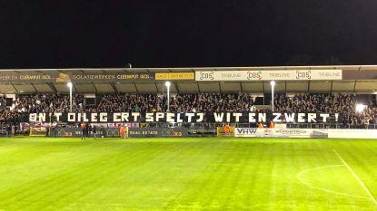 Indrukwekkende actie van Eendracht-fans : 'On't Oileg Ert Speltj Wit en Zwert'