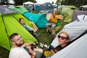 Vriendengroepen vermaken zich opperbest op de camping van Lowlands. Dennis de Waard (gele sweater) samen met vrienden op de camping. Hij doet niet moeilijk om een joint.