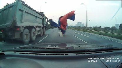 Dit wil je niet meemaken: dekzeil vliegt van truck en verblindt achterligger