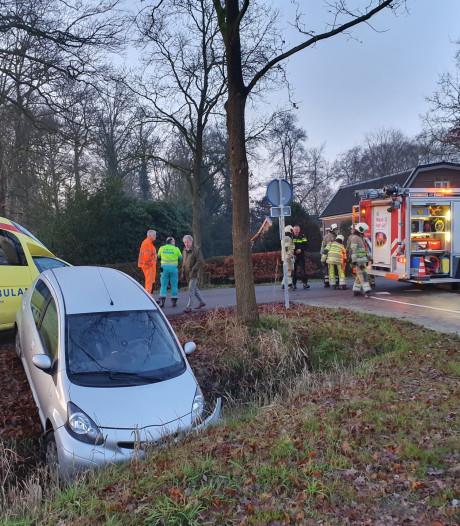 Man rijdt met auto in slootje in Leusden
